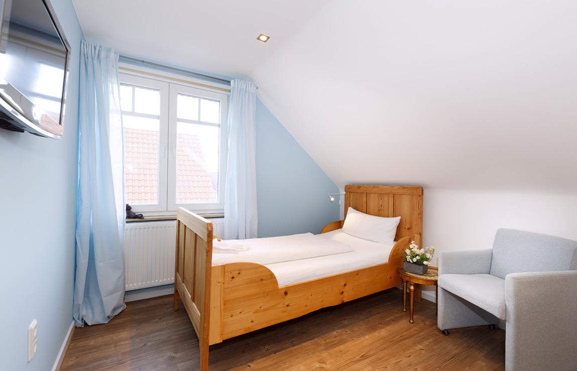 Perfekt Das Blaue Zimmer Ist Ein Einzelzimmer Mit Einem Großen Badezimmer. Dieses  Zimmer Hat Eine Gemütliche Dachschräge.